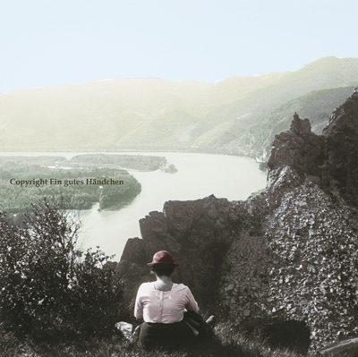 Dürnstein an der Donau, Wachau, Niederösterreich. Man sieht eine Frau bei der Rast hoch über der Donau. Historische Aufnahme um 1915, koloriert.